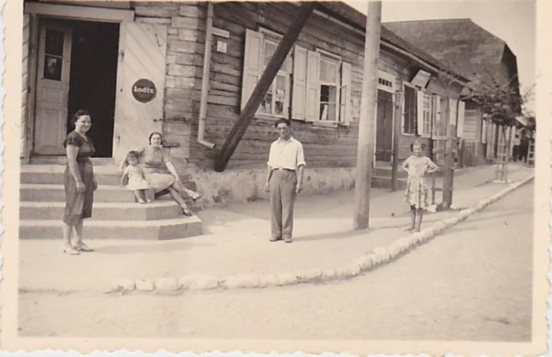 1939-09-13-Joafes-šeima-prie-namų-aukštas-gonkas