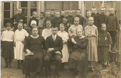 Gelvonų pradinės mokyklos mokiniai 1924 m. (viršutinėje eilėje antras iš kairės - V. Kupris,  vienintelis 4-os klasės mokinys, kartu su bendramoksliais)