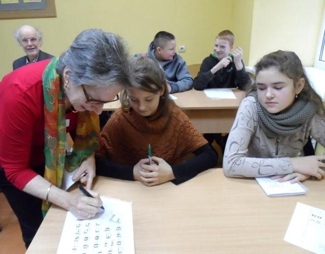 4-susan-storring-moko-mokinius-parasyti-savo-varda-zydu-kalba