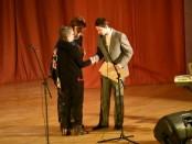 litvakė Susan Storring įteikia premiją už istorinį rašinį
