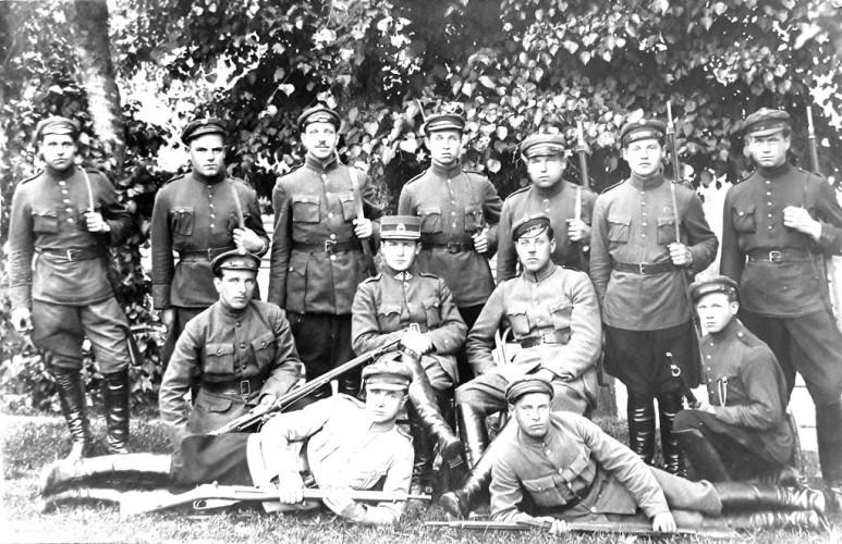 K. Veikša su draugais savanoriais (K. Veikša stovi septintas iš kairės)