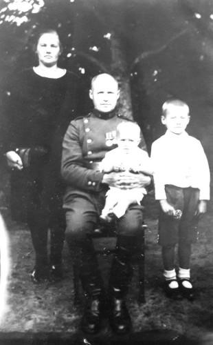 Kazimieras ir Vlada Veikšos su sūnumis Edvardu ir Henriku