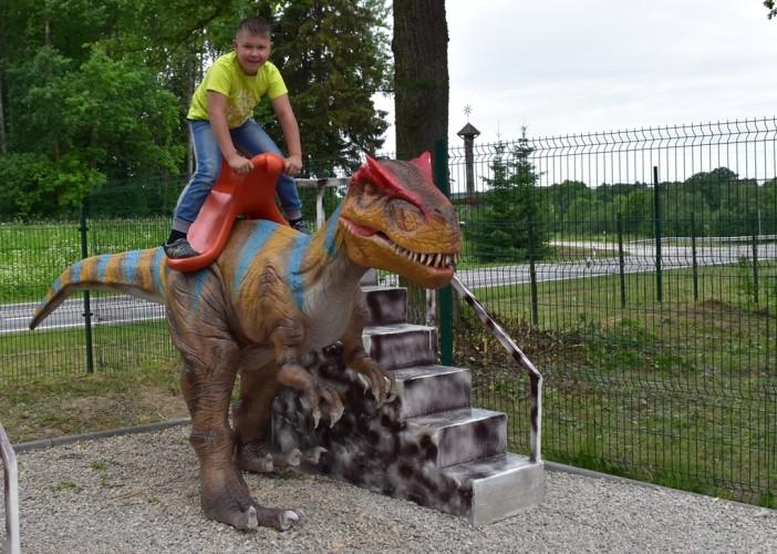 Joju ant dinozauro jauniklio