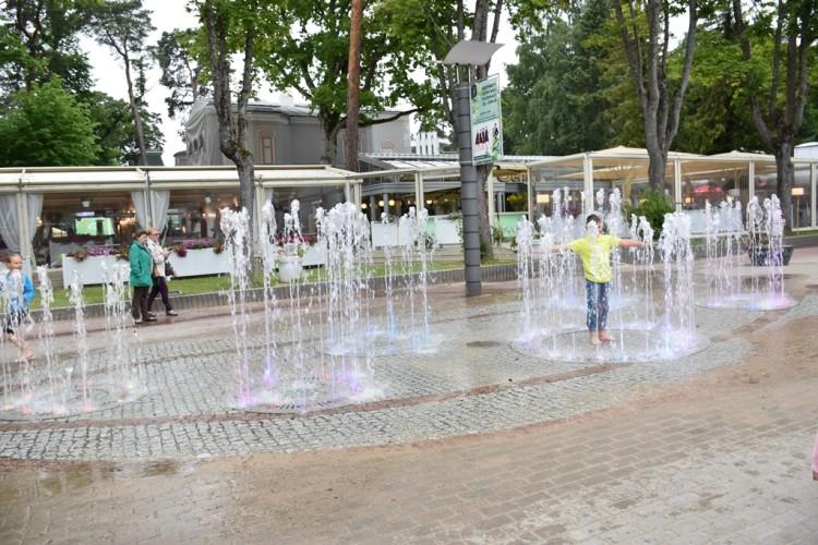 Spalvoti šokantys fontanai