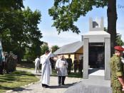 Kunigas Virgilijus Balnys šventina paminklą