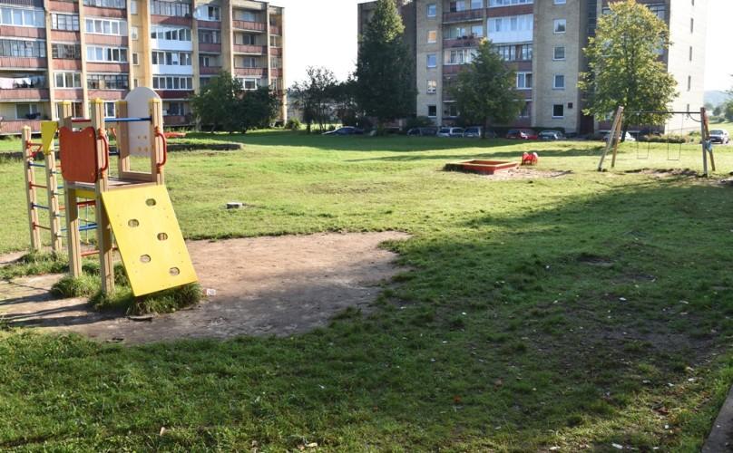 Žaidimų aikštelė kitoje tos pačios gatvės pusėje