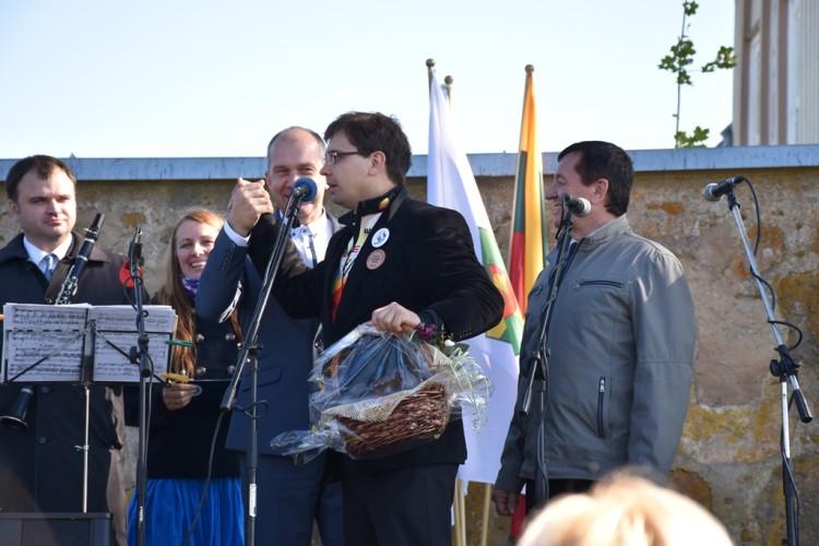 E. Kazlauskas Ukmergės rajono merui rodo naują pasisveikinimo būdą