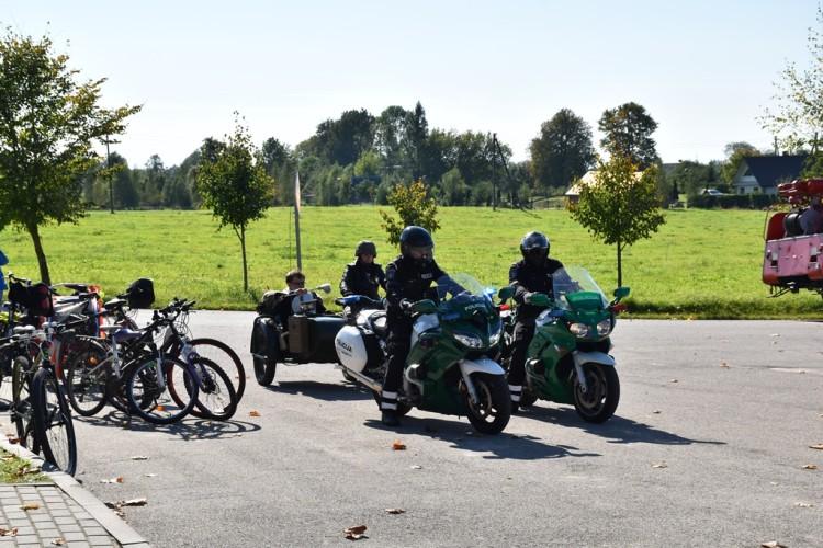 Klebonas E. Kazlauskas palaimino motociklus