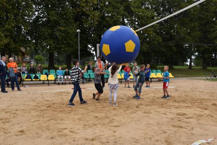 Tinklinis su gigantišku kamuoliu