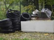 Padangos prie buitinių atliekų konteinerių