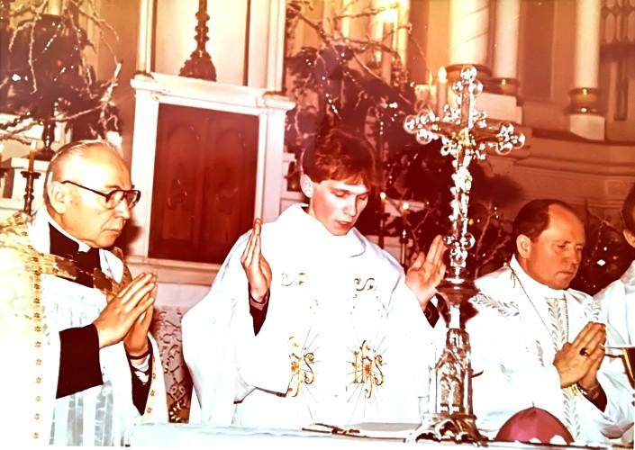 1992 m. sausio 1 d. Šv. Mišių pabaiga, šventinimas. Šalia L. Klimo iš dešinės vyskupas J. Matulaitis