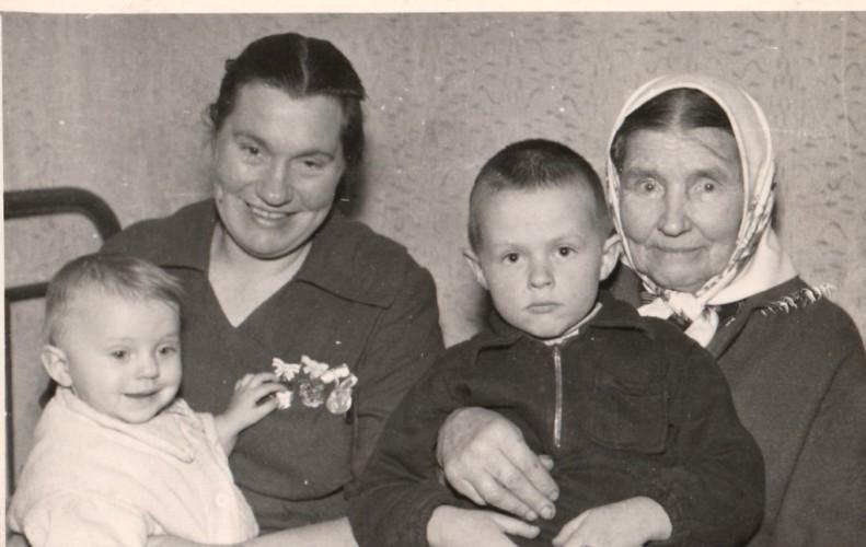 Skolastika su mama ir vaikučiais