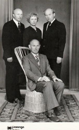 Juozas su broliais Vytautu, Algiu ir seserim Zose