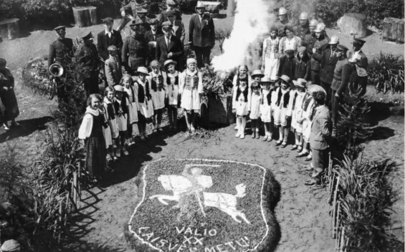Lietuvos-valstybės-atkūrimo-dešimtmetį-minint.-Autorius-nežinomas.-1938-m.-E.-Šiaučiūnaitės-asmeninis-archyvas