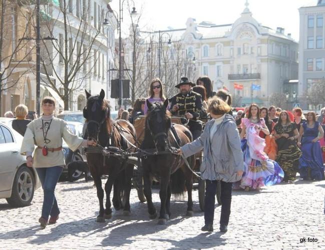 Lina Petrylienė veda eitynių dalyvius