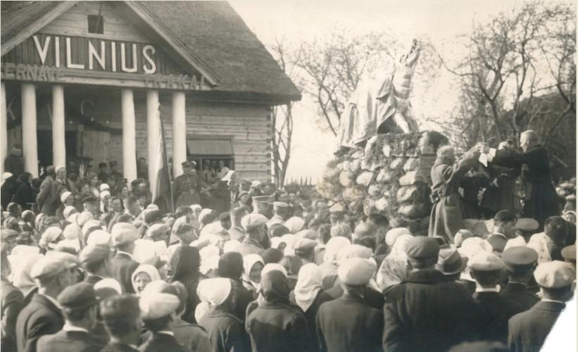 Paminklo-Geležiniam-Vilkui-Vilniaus-simboliui-atidengimas.-Autorius-nežinomas-1934m.-Valstybinio-Kernavės-kultūrinio-rezervato-direkcijos-archyvas