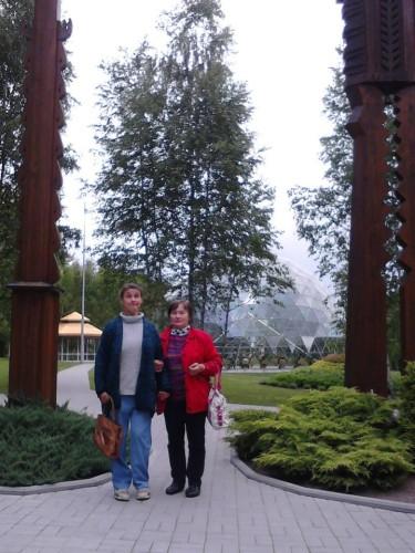 Su Gelvonų sodybos kaimyne Žana Kazakova prie Merkinės piramidės