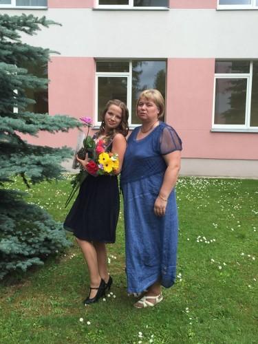 Agnė su Loreta išleistuvių šventėje