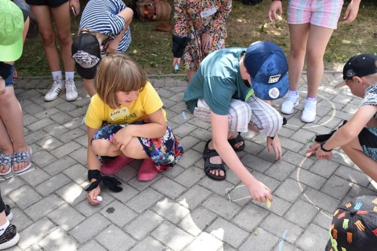 Aktyvus žaidimas nuosavuose pieštuose nameliuose
