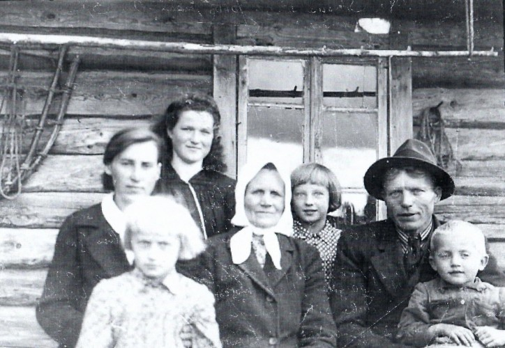 Ona Šimonienė su sūnaus Jono šeima