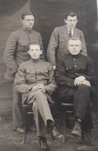 A. Juščiaus tėtis stovintis kairėje