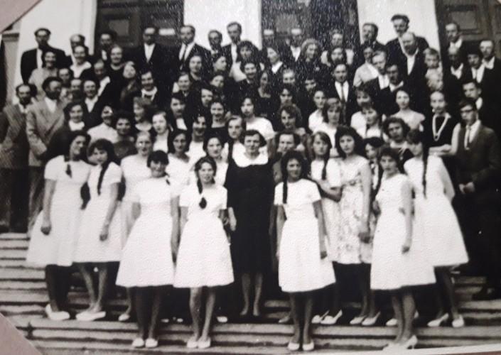 Mokyklos išleistuvėse merginos dabinosi kaip nuotakos baltomis suknelėmis