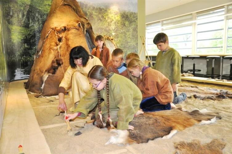 Jaunieji tyrinėtojai per edukaciją muziejuje