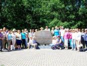 Bočiai prie paminklinės lentos K. Donelaičiui jo gimtajame kaime Lazdynėliuose