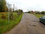 Kelias, vedantis į kaimą asfaltuotas, nos ir duobėtas