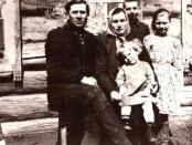 Su tėvais Sibire. Janina stovi