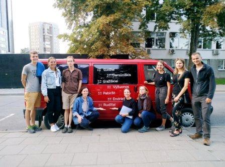 Keliaujančios architektūros dirbtuvės keliauja į Rudilių miestelį. Vytautas Oškinis trečias iš kairės