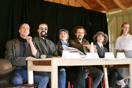 Stovykloje vaidinami didieji atradėjai. Iš dešinės I. Domeika, J. Čerskis, S. Blinstrubas, K. Aris, I. Žiogelis ir žurnalistė