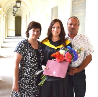 Su tėvais teikiant bakalauro diplomą (2012 m.)
