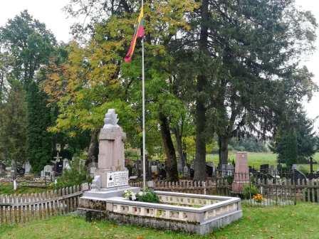 Kun. K. Lajausko kapas Zibalų bažnyčios šventoriuje