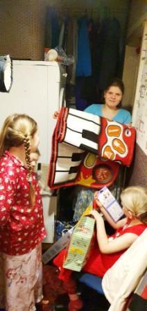 Vaikai džiaugiasi VTAS dovanomis