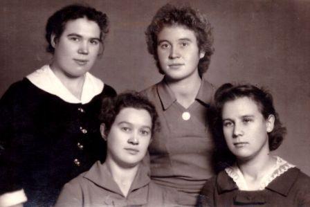 Margarita (stovi pirma iš dešinės) su bičiulėmis