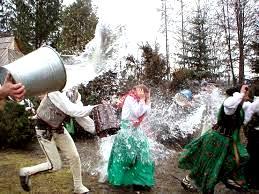 Antrosio Velykų dienos tradicija - žmones perlieti vandeniu
