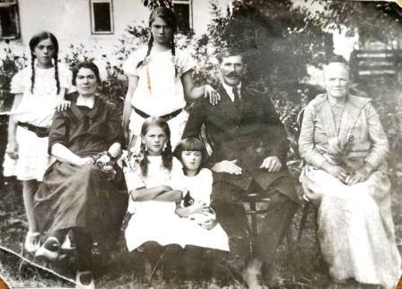 Alos mama (laiko kačiuką) su tėvais, močiute ir seserimis
