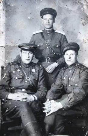 Alos tėvas (stovi) su draugais