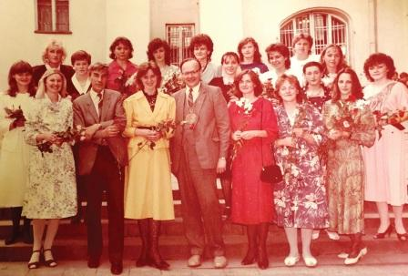 1988 m. Vilniaus valstybinio V. Kapsuko universiteto diplomuotos rusistės su dekanu ir prodekanu